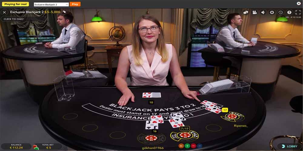 Blackjack croupier in het live casino